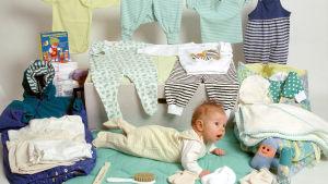 Moderskapsförpackningen från 1994 visas upp. I mitten ligger ett litet barn.