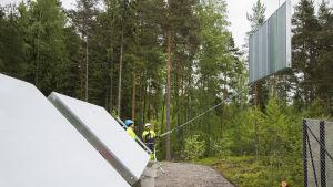 Helen installerar solfångare i Östersundom i Helsingfors.