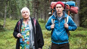 Kämäräinen och Janne mitt i skogen.