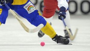 Patrik Nilsson och Andrej Zolotarev kämpar om bollen (arkivbild)