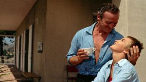 David Niven (Raymond) ja Jean Seberg (Cécile) elokuvassa Tervetuloa ikävä