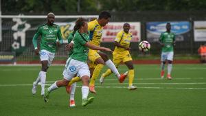 EIF:S Zacharias EKström och AC Oulus Alberto Alvarado Morin fajtas om bollen.