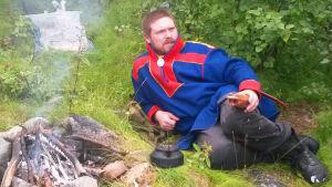 Beaska Niillas bor på andra sidan Tanaälv i Karasjok i Norge, han är också orolig för vilka konsekvenser en möjlig gruva kunde få.