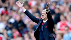 Arsene Wenger gestikulerar vilt under Premier League-match.