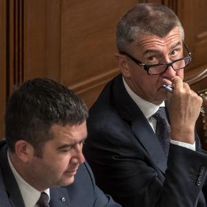 Den tjeckiske premiärministern Andrej Babiš (till höger) och hans inrikesminister, socialdemokraternas ledare Jan Hamáček (till vänster) under parlamentsdebatten på tisdag kväll 11.7.