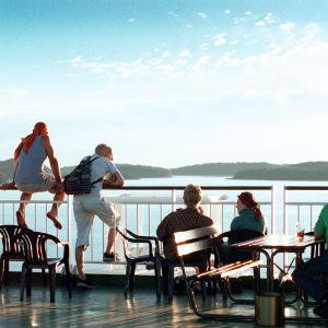 Ihmisiä risteilylaivan kannella Itämerellä
