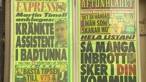 """Kvällstidnings löpsedlar där det bland annat står: """"Martin Timell anklagas: kränkte assistent i badtunna""""."""