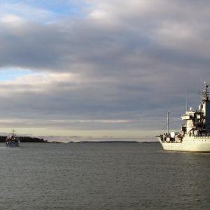 Tyska minfartyget FGS Elbe och brittiska HMS Grimsby under ett Nato-flottbesök i Helsingfors den 28 november 2016.