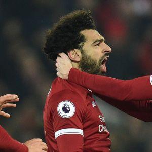 Liverpoolspelare jublar.