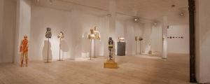 Sisäkuva nykytaidenäyttelystä, puusta tehtyjä veistoksia taidekeskus Antareksessa
