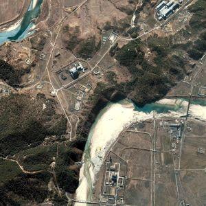 En satellitbild från år 2002 av Nordkoreas främsta kärnforskningscentrum i Yongbyong, 100 kilometer norr om Pyongyang.