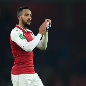 Theo Walcott blir utbytt i en fotbollsmatch för Arsenal.