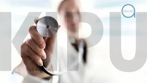 Lääkäri pitää stetoskooppia kädessään. Kuvan päällä kipu-teksti.