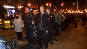 612-fackeltåget startade från Tölö torg och marscherade till Sandudds begravningsplats för att lägga ljus på hjältegravarna.