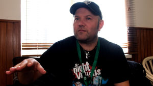 Den norska skräckfilmsregissören Severin Eskeland sitter i ett omklädningsrum i Hagnäs, Helsingfors, iklädd keps och svart t-tröja.