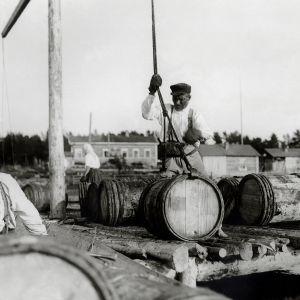 I. K. Inhan valokuvassa Oulun tervahovin työntekijä