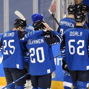 Besvikna ishockeylejon efter OS-förlusten mot Sverige.