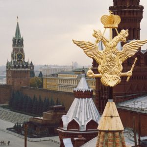 Den ryska tvåhövdade örnen med Kreml i bakgrunden