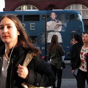 """Reklam för Bondfilmen """"Spectre"""" på en Londonbuss."""