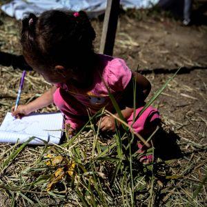 Flicka som bor i en tältstad i utkanterna av Sao Paolo.
