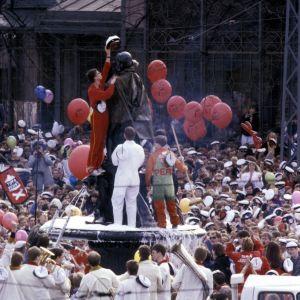 Vapunviettoa Helsingin Kauppatorilla. Teknillisen korkeakoulun opiskelijat lakittavat Havis Amanda -patsaan vuonna 1986.