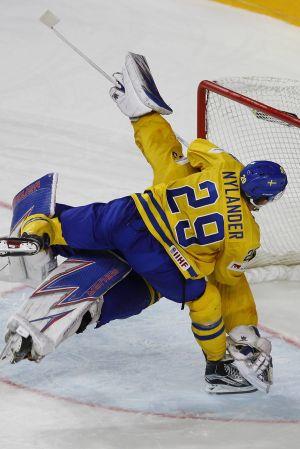 William Nylander hoppar på Henrik Lundqvist.