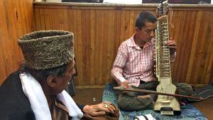 Nazim, tolv år, får undervisning i Dilruba, ett afghanskt nyckelharpsliknande instrument.