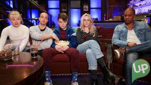 Uuden Päivän näyttelijät istuvat sohvalla katsomassa televisiota.