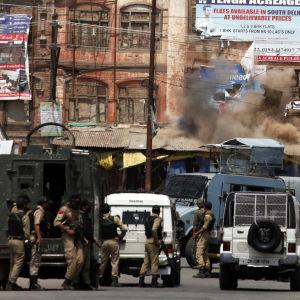 Minst 63 människor har dödats och ett par tusen har skadats i våldsamheter i Kashmir som började för sex veckor sedan då en en populär separatistledare sköts ihjäl. På måndagen dödades en soldat och två separatister i en eldstrid i sommarhuvudstaden Srina