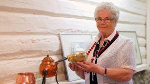 Margit Håkans med en kopparskål som hon gjort