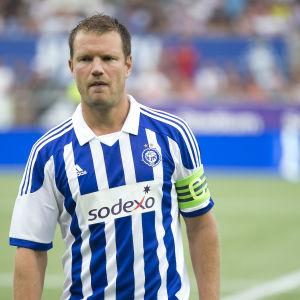 Fotbollsspelaren Teemu Tainio i HJK:s blåvit-randiga speltröja.