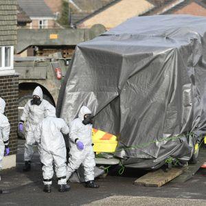 På lördagen flyttade militärer i skyddsdräkt bort den ambulans som Skripal och hans dotter transporterades i.