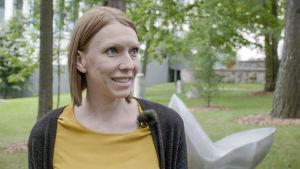 Kipupsykologi Elina Kiehelä puistossa.