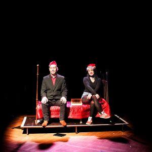Vapautuvien vankien Porttiteatteri teki esityksen nimeltä Joulutarinoita. Kuvassa kaksi esiintyjistä istuu vuoteella tonttulakki päässään.