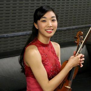 Nancy Zhou lepuuttaa jalkojaan ennen ensimmäistä esiintymistä finaalin ensimmäisenä päivänä.