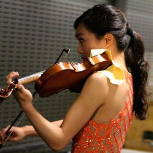Nancy Zhou lämmittelee ennen Sibeliuksen viulukonserttoa.