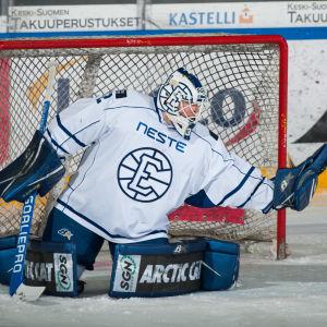 Rasmus Tirronen räddar ett skott