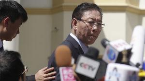 Nordkoreas ambassadör i Malaysia Kang Chol talar till pressen.