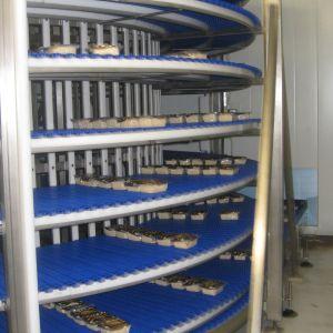 Tofupaket på en ställning i en fabrik.
