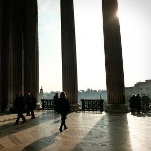 Näkymä Roomaan Viktor Emanuel II:n monumentin pylväiden välistä.