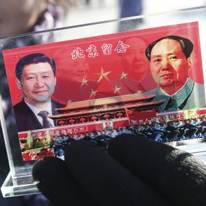 President Xi Jinping och Folkrepublikens grundare Mao Zedong på en kinesisk souvenir.
