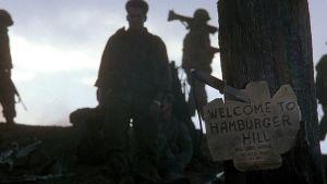 """Kyltissä lukee """"Welcome to Hamburger Hill"""". Kuva elokuvasta Hamburger Hill"""