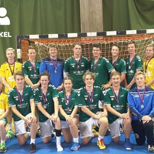 Pojkar klädda i grönvitt och gulgrönt med medaljer kring halsen.