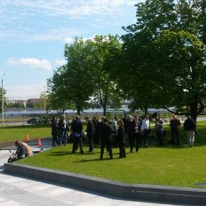 Journalister väntar på att mötet ska avslutas