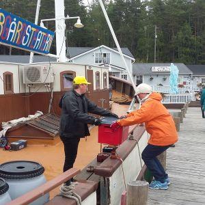 Rekvisita lastas av m/s Sälö i hamnen i Korpo.