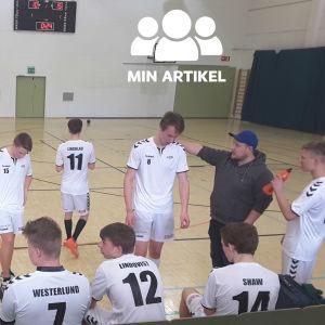 EIF:s B-juniorer håller drickapaus i matchen mot Akilles i Borgå.