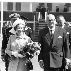 Kuningatar Elisabeth II ja Urho Kekkonen kävelevät rinnakkain