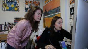 Linda Bondestam illustrerar vid datorn tillsammans med Jenny Lucander