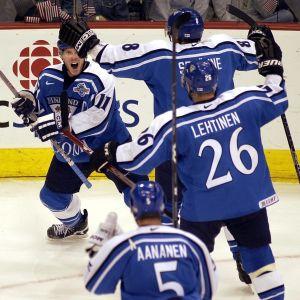 Saku Koivu, Teemu Selänne och Jere Lehtinen jublar under Finlands semifinal mot USA hockeyns senaste World Cup-turnering.