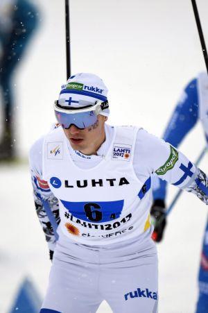 Hannu Manninen åker skidor.
